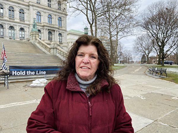 12月26日,紐約州首府奧爾巴尼(Albany)州府議會大廈(East Capitol Park)前,多位民眾揭露中共罪行,圖為民眾Sharon。(大紀元/李桂秀)