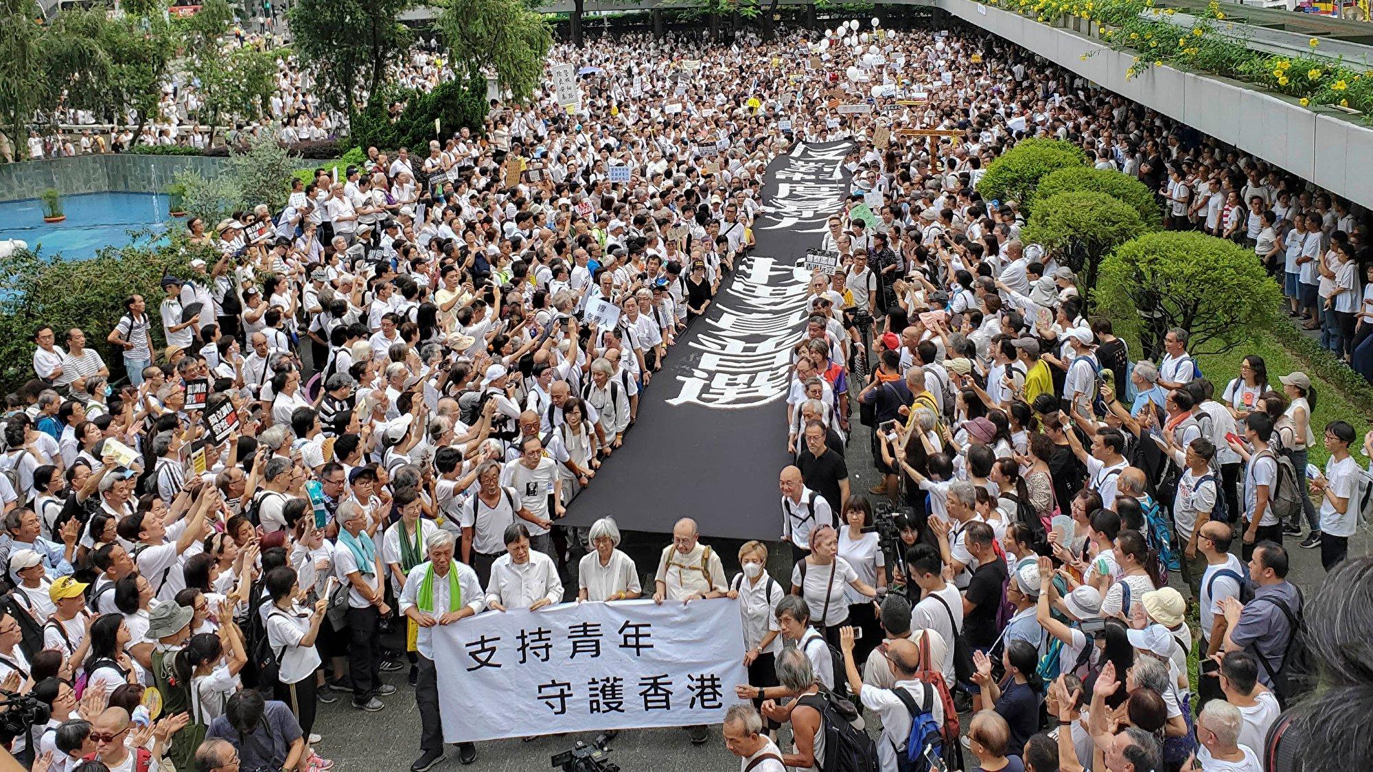 7月以來香港反送中抗爭勢頭持續上升,抗議行動更加頻繁。圖為7月17日近九千名銀髮族上街聲援青年的抗爭,要求政府正面回應民間的五大訴求。(李逸/大紀元)