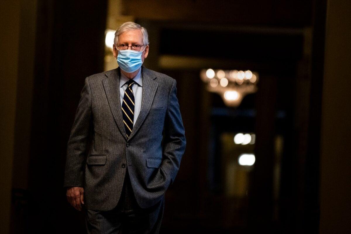 圖為2021年1月26日,美國國會參議院少數黨領袖米奇·麥康奈爾(Mitch McConnell)前往參議院會場。(Samuel Corum/Getty Images)