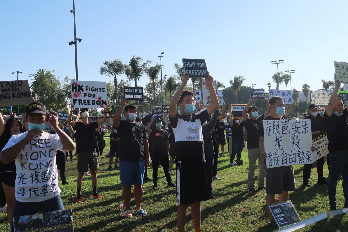 6月20日,百餘人聚於洛杉磯蒙特利公園市(Monterey Park)巴恩斯公園(Barnes Park)參加「反送中」周年紀念活動。(徐繡惠/大紀元)