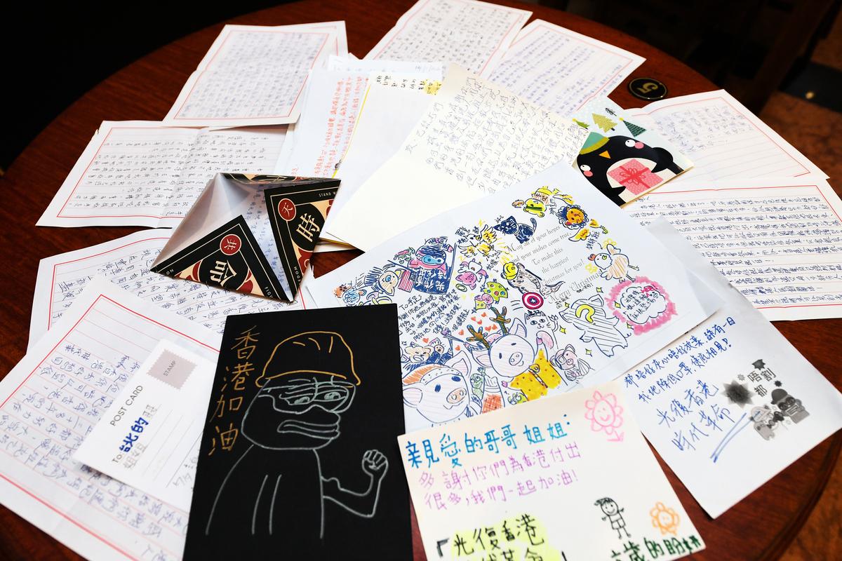 香港反送中運動周年,民進黨立委何志偉、導演周世倫6月12日在立法院國會咖啡廳舉辦「千里送家書」展覽,展出上千封家書。(中央社)