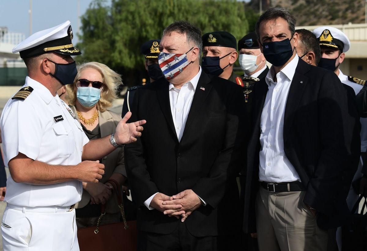 美國國務卿蓬佩奧與希臘總理米佐塔基斯(Kyriakos Mitsotakis)一同訪問克里特島蘇達灣(Souda)的美國海軍基地。(ARIS MESSINIS/POOL/AFP via Getty Images)