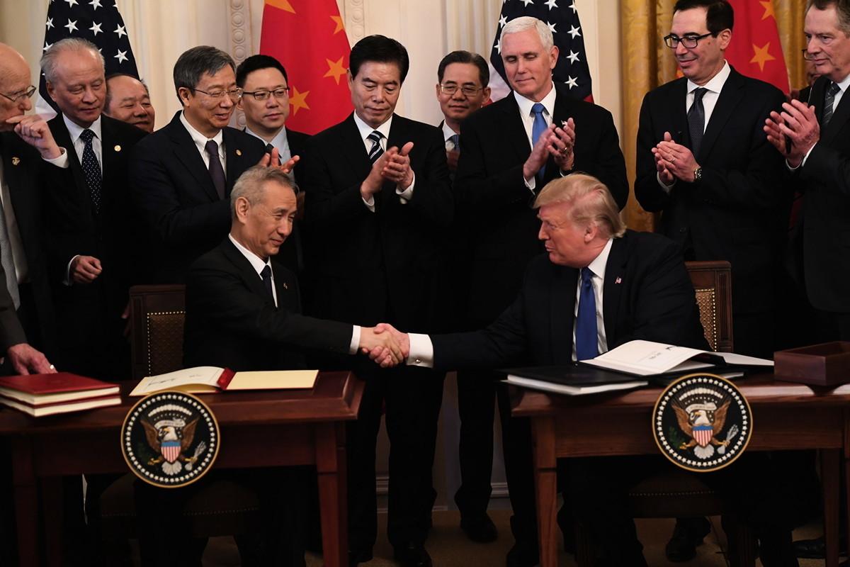 20201月15日,美國總統特朗普和中國副總理劉鶴簽署第一階段貿易協議,其中部份條款涉及打擊假冒產品問題。(SAUL LOEB/AFP)