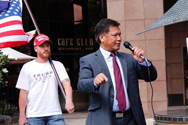 墨爾本《天安門時報》社長阮傑在「為特朗普而戰」的集會上發言。(李奕/大紀元)
