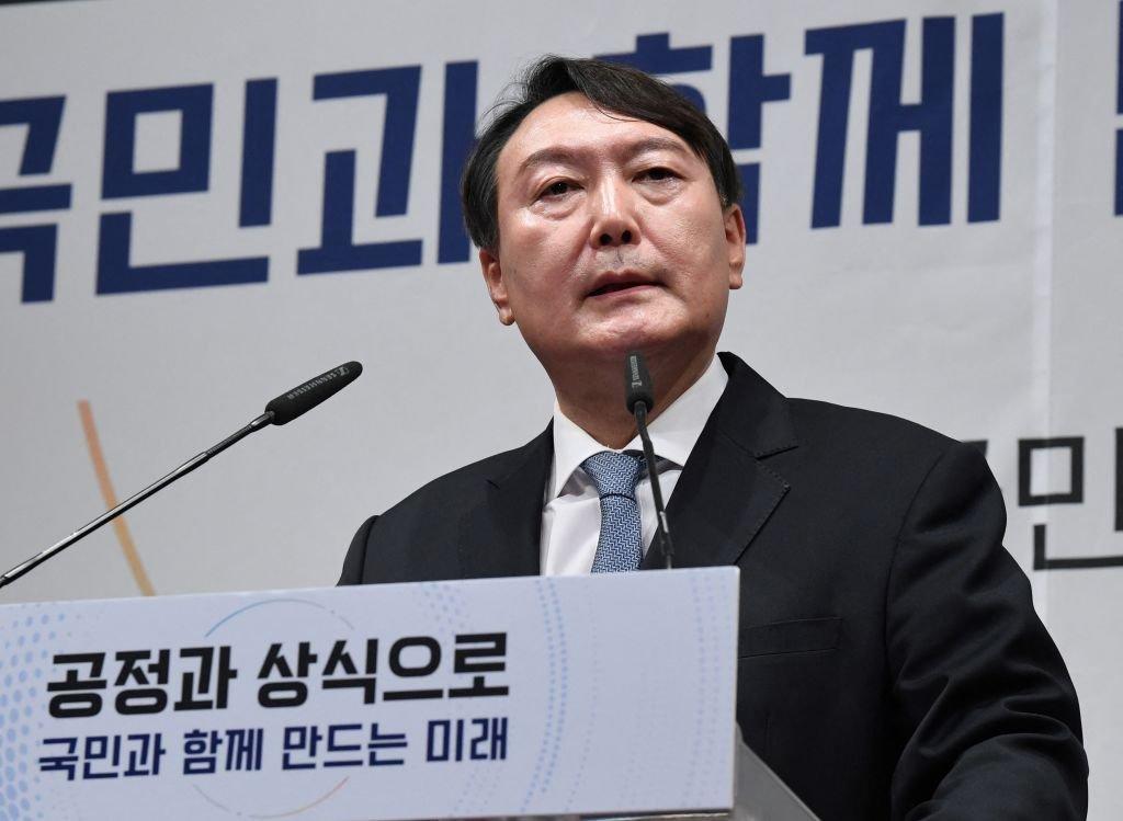 2021年6月,南韓前檢察總長尹錫悅作為2022年總統大選的有力候選人,正式宣佈競選總統。圖為尹錫悅。(KIM MIN-HEE/POOL/AFP via Getty Images)