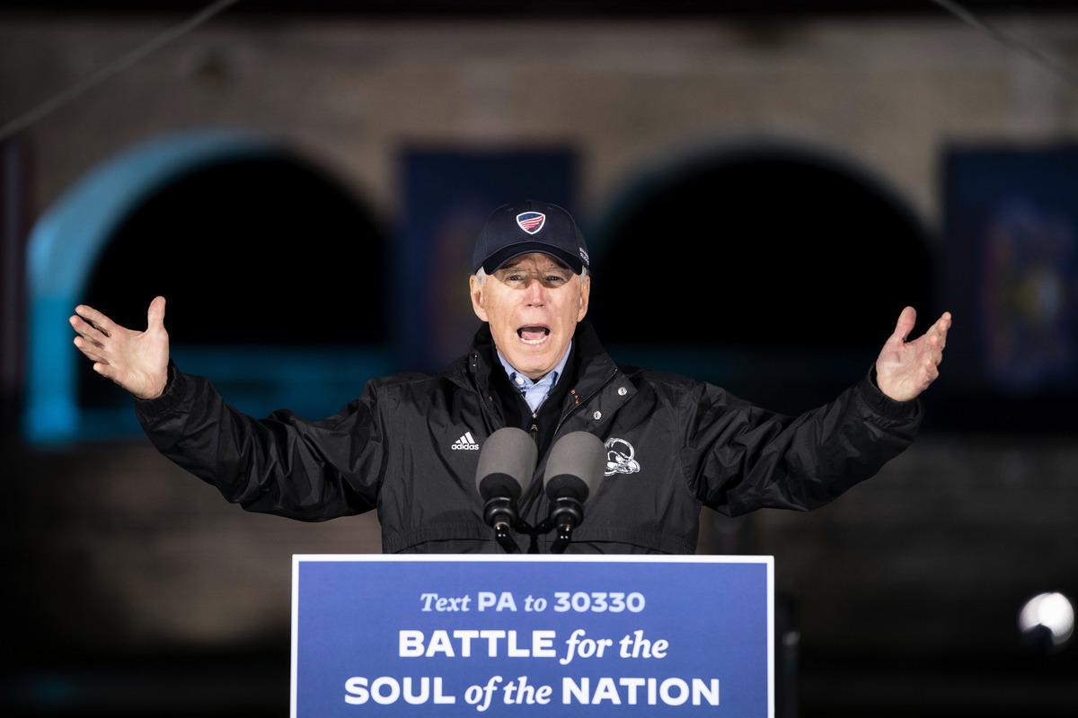 圖為2020年11月1日,美國賓夕凡尼亞州費城,民主黨總統候選人拜登在富蘭克林‧羅斯福公園舉行競選集會。(Drew Angerer/Getty Images)