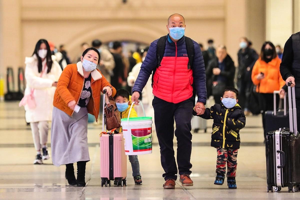 中共肺炎(俗稱武漢肺炎、新冠肺炎),1月20日被中國大陸專家確定可以「人傳人」,昨天我們做了跟進報道,但是誰也沒想到,這個疫情擴散的速度之快,非常可怕。(新唐人合成)