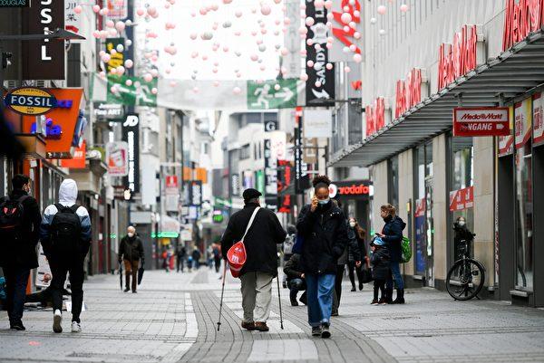 2021年1月4日,德國科隆(Cologne),街上大部份民眾戴著口罩。(INA FASSBENDER/AFP via Getty Images)