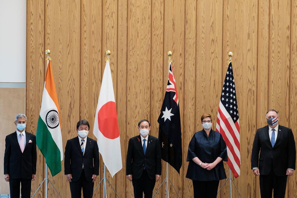 2020年10月6日,日本東京,(由左至右)印度外交部長蘇傑生(Subrahmanyam Jaishankar)、日本外務大臣茂木敏充、日本首相菅義偉、澳洲外交部長佩恩(Marise Payne)及美國國務卿蓬佩奧在四方會談上合照留念。(NICOLAS DATICHE/POOL/AFP via Getty Images)