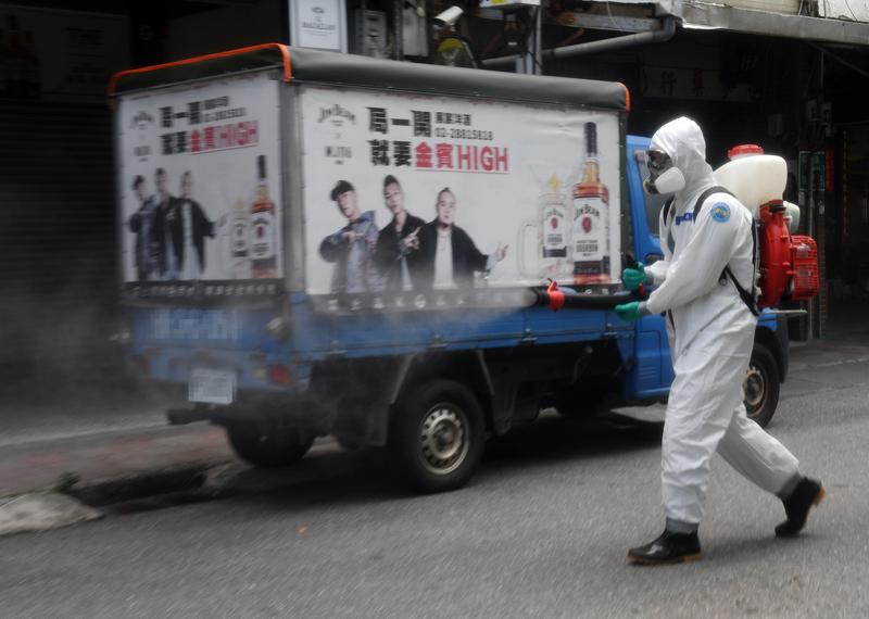台灣疫情擴大,國軍化學兵協助防疫,5月28日以人工噴灑的方式,在台北市士林區福港街社區進行消毒工作。(中央社)