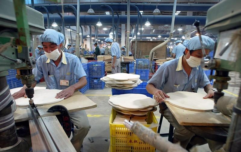 貿易戰衝擊大陸企業,東莞一家公司給工人放假。圖為示意圖,與本文無關。(PETER PARKS/ AFP/Getty Images)