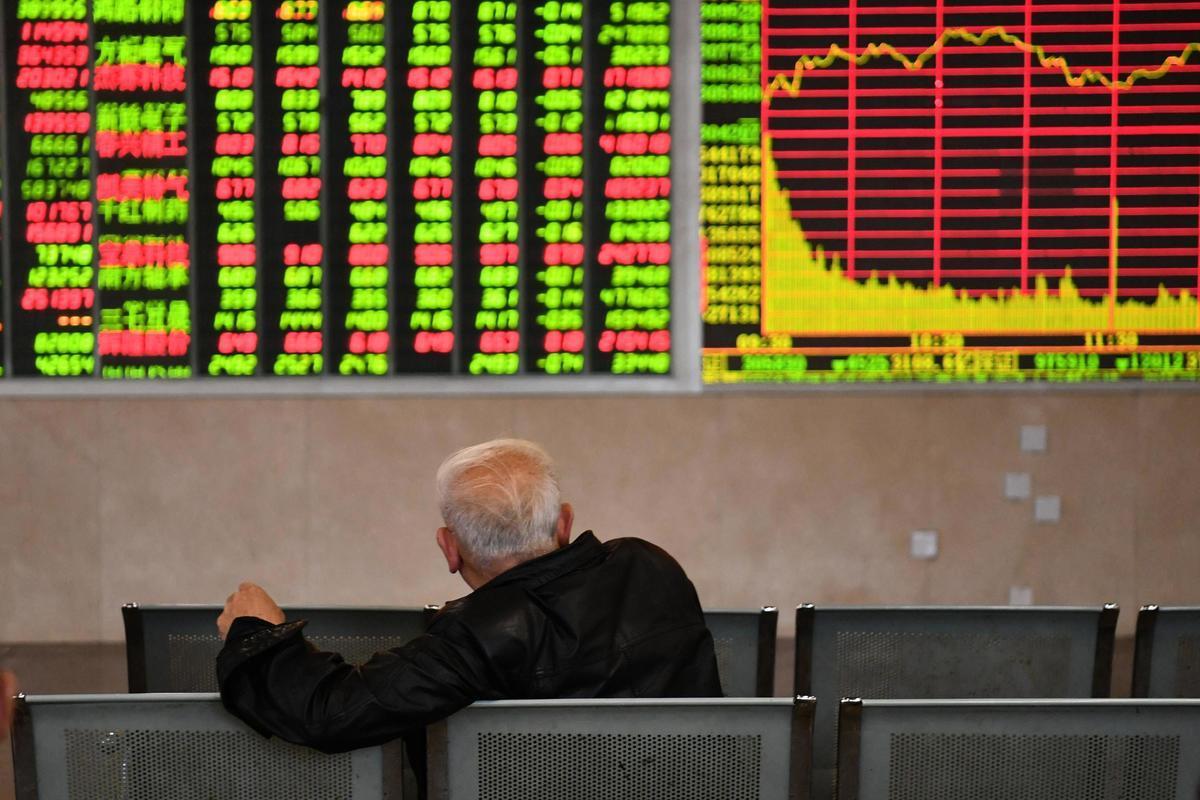 中國股市多年來一直原地踏步,2019年卻又逆勢上揚。圖為3月26日A股大跌時,一位中國股民沉默的坐在大廳,望著滿屏綠色的股票下跌數據。(大紀元資料室)