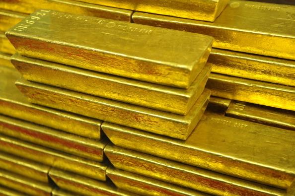 在美國納斯達克(Nasdaq)掛牌上市的中國金飾製造商「金凰珠寶」,83噸黃金被存入銀行保險箱,整個過程公開且嚴密,自且全程影片錄像。現在,眾目睽睽之下,黃金變黃銅。圖為金條示意圖。(MICHAL CIZEK/AFP/Getty Images)