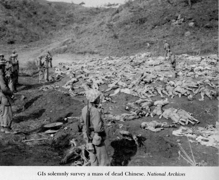美軍士兵正在檢視韓戰中陣亡的中國士兵屍體。(穆正新提供)。