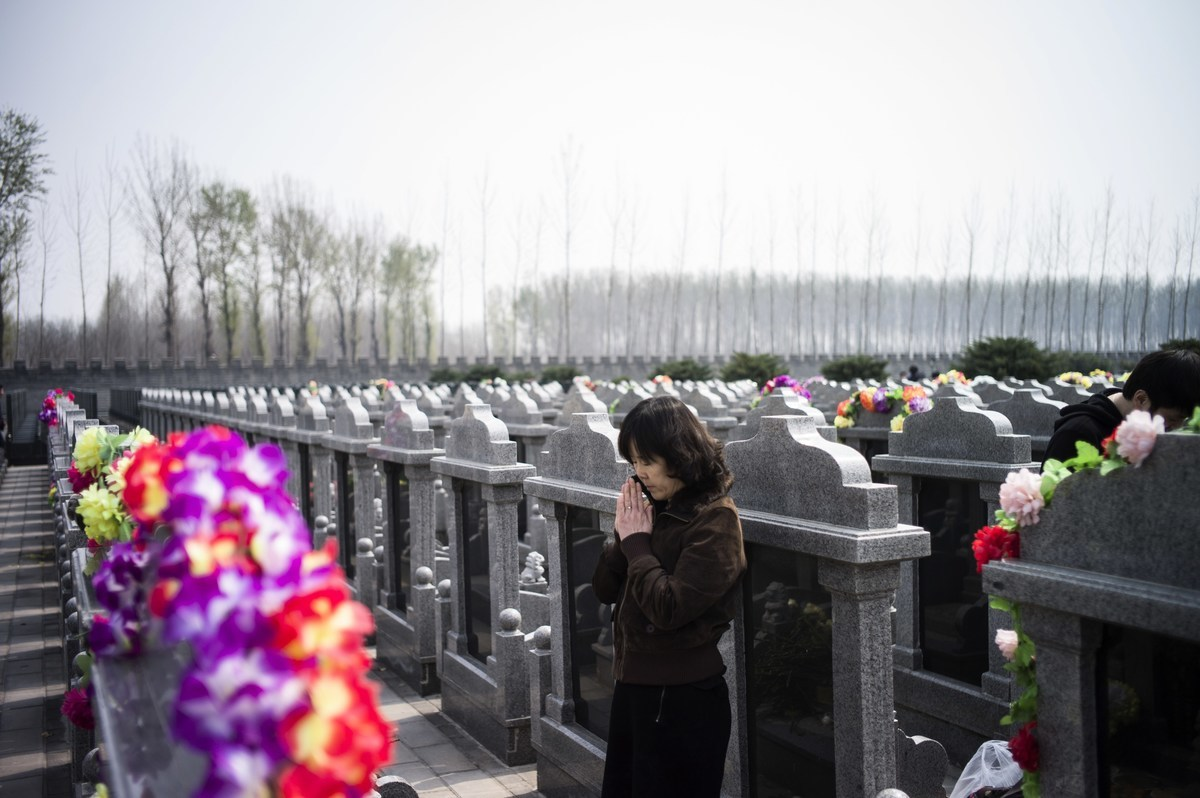 山東青島嶗山5A級風景名勝區周邊被曝光有6萬多座墳墓,大多墓地被指違建,更牽出村官涉嫌非法賣地。(FRED DUFOUR/AFP/Getty Images)