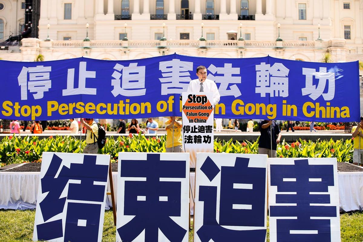 法輪功學員在美國首都集會呼籲制止中共的迫害。(大紀元)