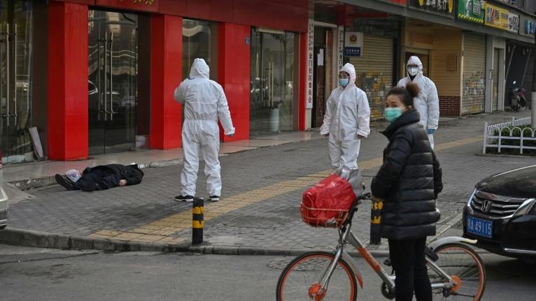 中共隱瞞疫情,導致中共肺炎疫情在國內迅速惡化。圖為法新社記者1月30日目擊一名戴口罩、看似60多歲的白髮男子,倒臥武漢街邊。(AFP)