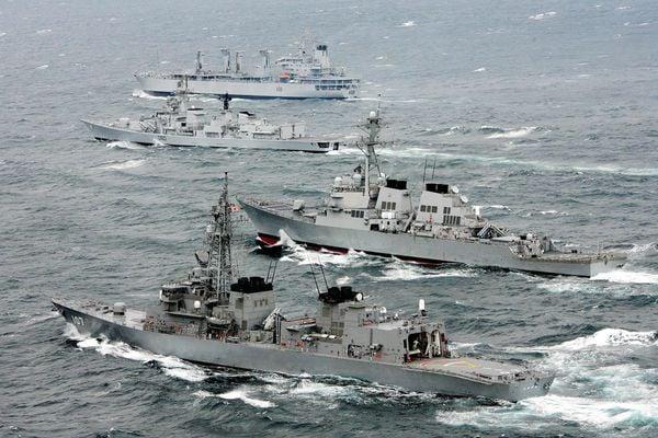 印度將邀請澳洲參加年底的馬拉巴爾(Malabar)聯合海軍演習,這將是「美日印澳四方同盟」(QUAD)所有成員第一次在軍事層面全體合作。圖為過去日本、美國和印度三國的海軍演習。(AFP/Getty Images)