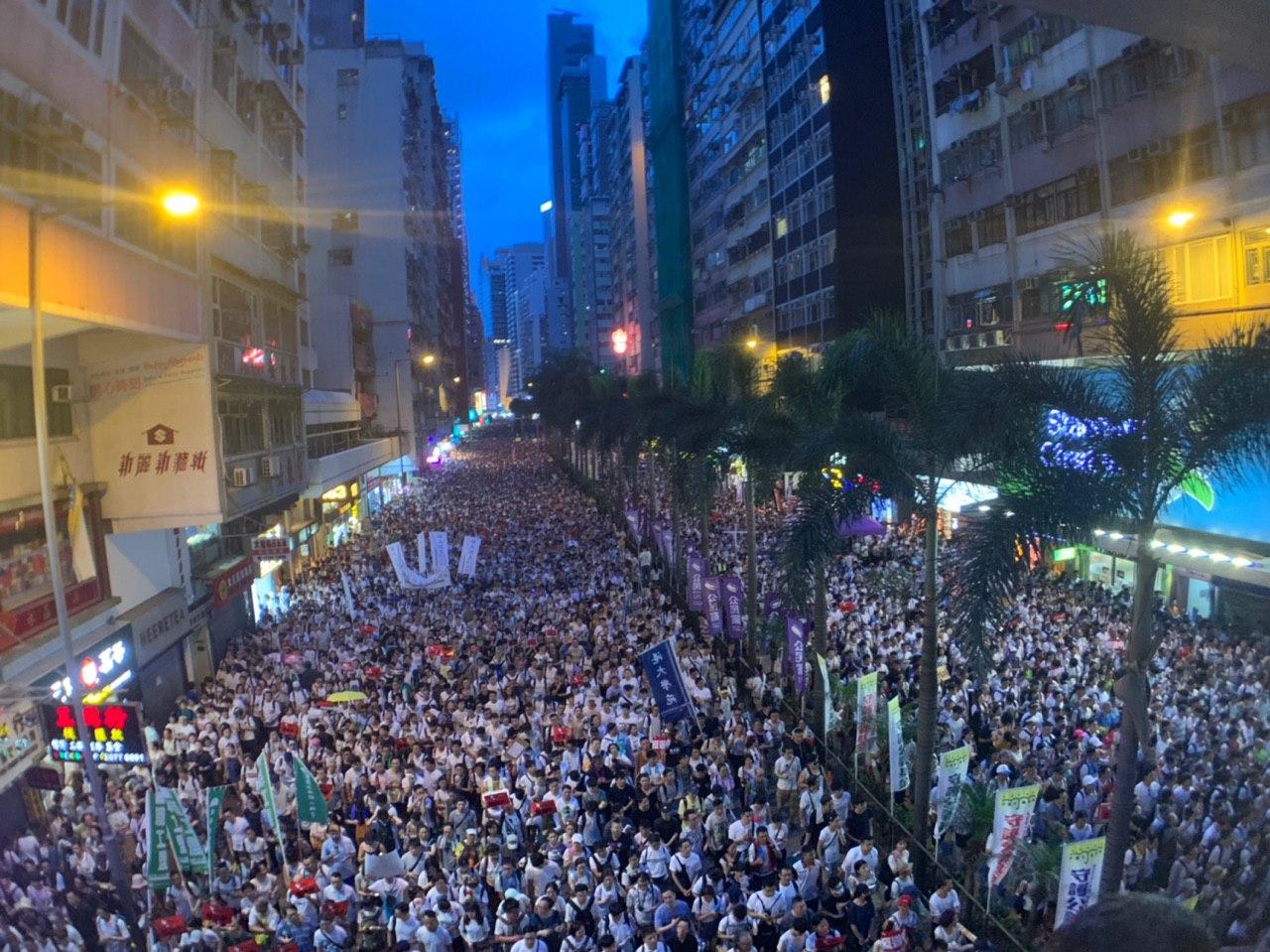 2019年6月9日,香港逾百萬人上街參加「反送中」大遊行,天色漸暗街道上仍擠滿人潮。(李逸/大紀元)