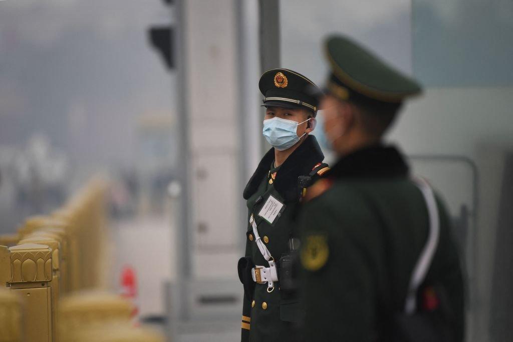 隨著中共七一百年黨慶臨近,中共當局不斷實施並升級一系列管制措施。圖為今年3月,北京召開中共政協會議期間,在天安門廣場的中共士兵。(NOEL CELIS/AFP via Getty Images)