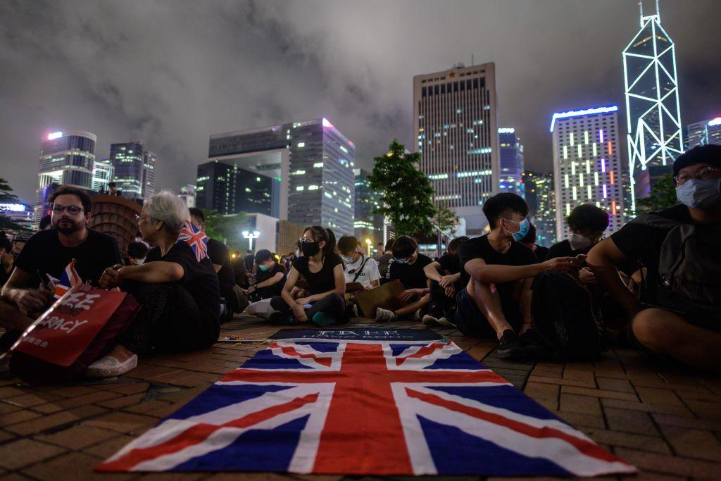 英國外交大臣侯俊偉(Jeremy Hunt)嚴厲警告中共,如果違反保護香港自由的《中英聯合聲明》,將會產生「嚴重後果」。圖為香港抗議者展開英國國旗。(ANTHONY WALLACE/AFP/Getty Images)