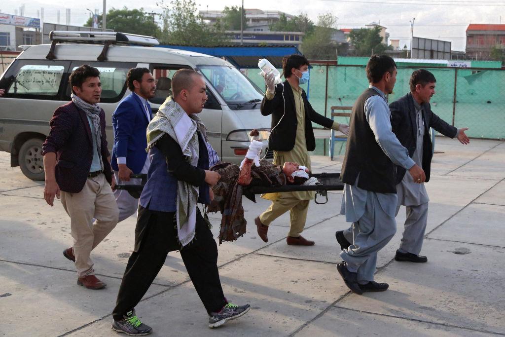 阿富汗首都阿布爾的一所學校附近5月8日發生爆炸。圖為一名受傷女孩被抬著送往醫院。(Photo by ZAKERIA HASHIMI/AFP via Getty Images)