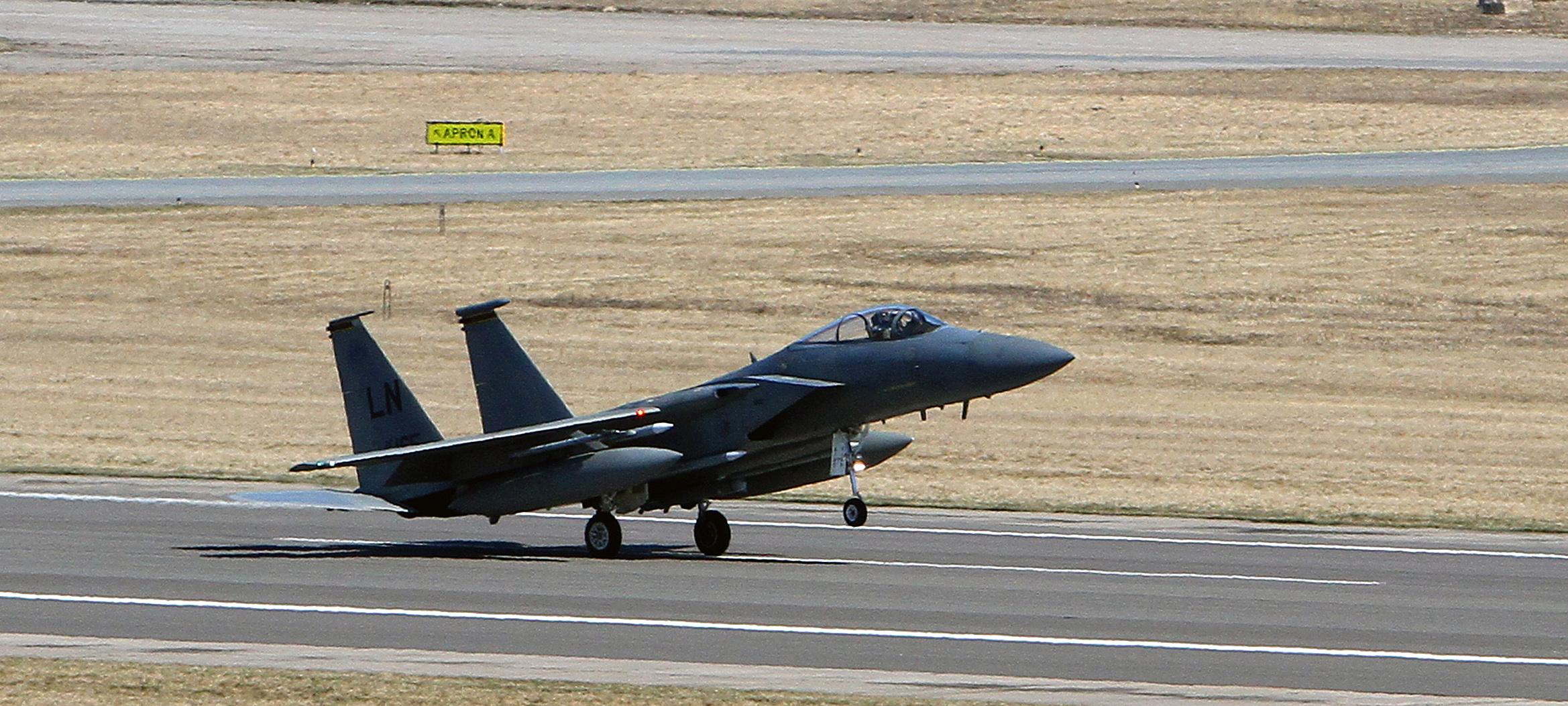 圖為一架美國F-15C鷹式戰鬥機,並非墜毀飛機。(Photo by PETRAS MALUKAS/AFP)