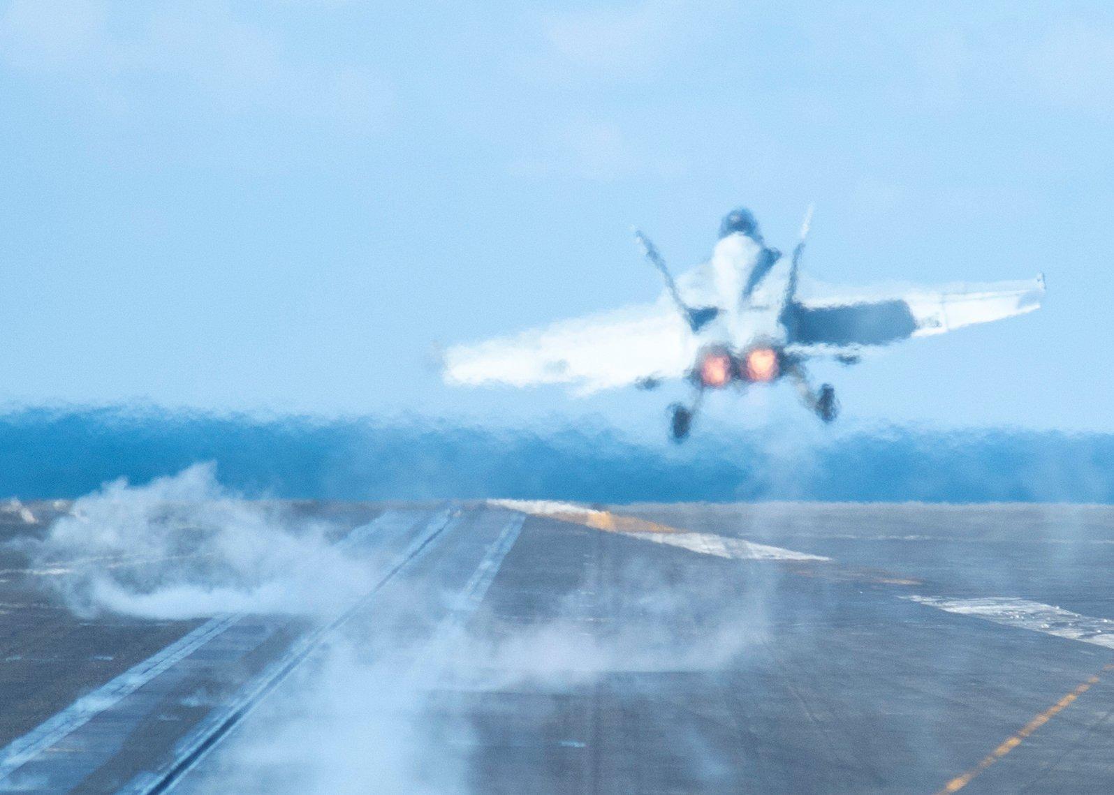 1月23日,一架F/A-18F超級大黃蜂從羅斯福號航空母艦(CVN 71)上起飛,羅斯福號航母艦隊正在南中國海自由航行。(美國海軍)