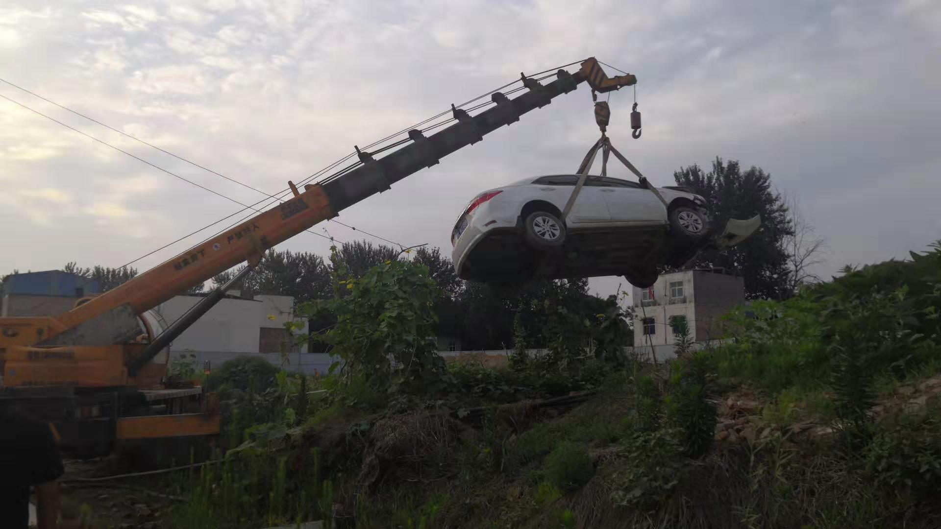 7月3日,河南漯河市郾城區小李莊棚改項目發生一村民開車撞死拆遷官員血案。圖為事發現場王某的車。(受訪者提供)