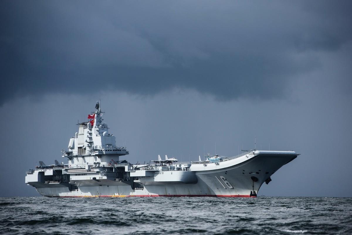 圖為中共航母遼寧號。(ANTHONY WALLACE/AFP)