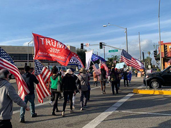 一連數月,加州民眾不間斷地舉行挺特集會和遊行。圖為12月12日,上百位華裔民眾聚集在華人區阿罕布拉市(Alhambra)舉行反竊選、支持特朗普總統集會,同時諷刺拜登及左派虛假作票。(姜琳達/大紀元)