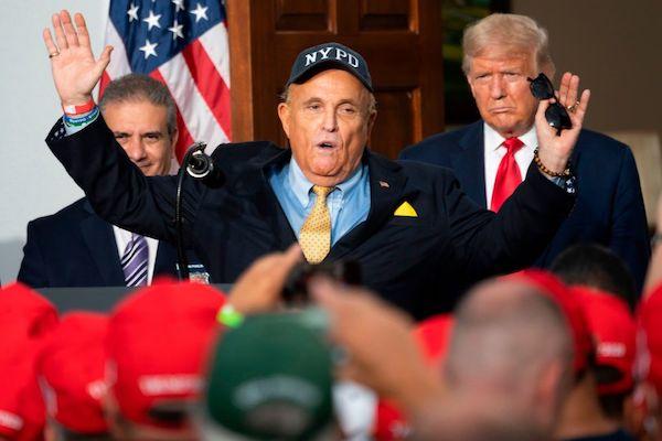 2020年8月14日,特朗普總統(圖右)的私人律師朱利亞尼(Rudy Giuliani),在新澤西州貝德明斯特(Bedminster)的特朗普國家高爾夫俱樂部,向紐約市警察慈善協會發表講話。(JIM WATSON/AFP via Getty Images)