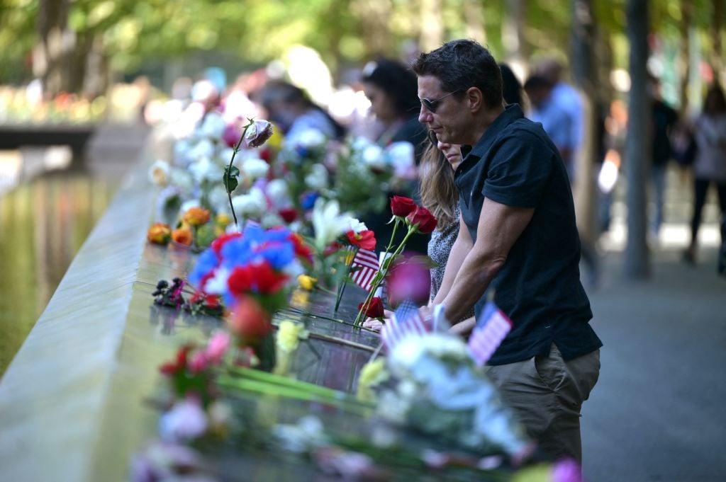 2021年9月11日,美國民眾在紐約9.11國家紀念館前悼念20年前9.11恐怖襲擊的遇難者。(Ed Jones/AFP via Getty Images)