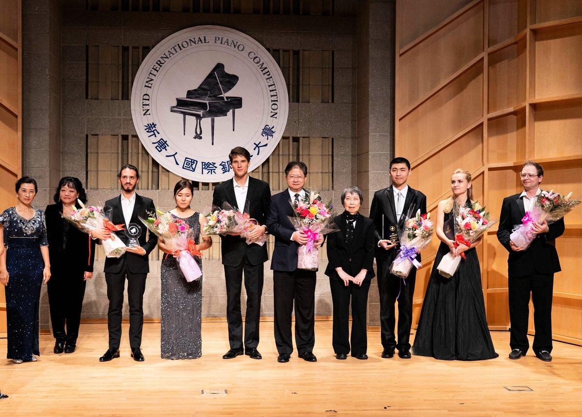 2019年9月28日,為期四天的第五屆新唐人國際鋼琴大賽決賽結束,誕出金獎一名、銀獎一名和銅獎一名,指定曲目獎一名,以及優秀獎三名。圖為獲獎選手與大賽主辦方負責人及部分評委合影留念。(戴兵/大紀元)
