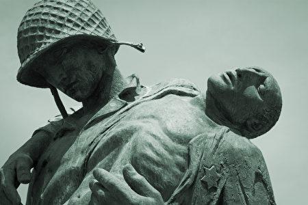 紀念大屠殺的解放紀念碑特寫,描繪了一名美國士兵抱著一個納粹死亡營倖存者,矗立於自由州立公園(Liberty State Park)。(Glynnis Jones/Shutterstock)