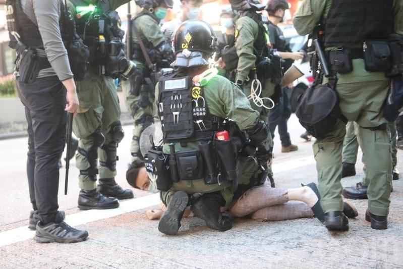 在中共的改造下,香港警察暴力不斷升級。圖為2020年9月6日,香港警察於彌敦道及豉油街交界處拘捕數名男士。(余鋼/大紀元)