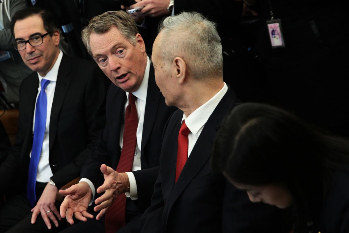 美國貿易代表萊特海澤(中)、財長梅努欽(左),與中共國務院副總理劉鶴(右)資料圖。 (Alex Wong / Getty Images)