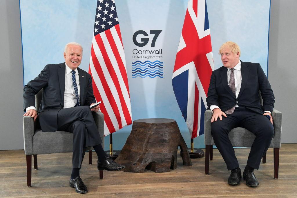2021年6月10日,美國總統拜登與約翰遜在英國的康和郡郡會面。(Toby Melville-WPA Pool/Getty Images)