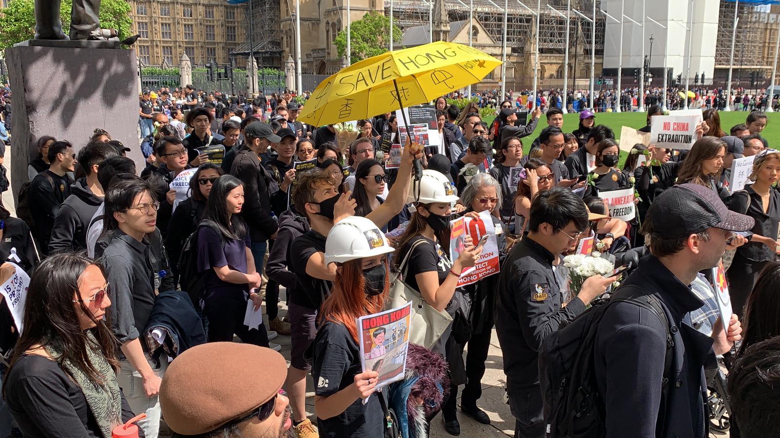 6月16日,支持香港的在英人士參加了倫敦的集會,抗議港府修例和警方濫用武力。(唐詩韻/大紀元)
