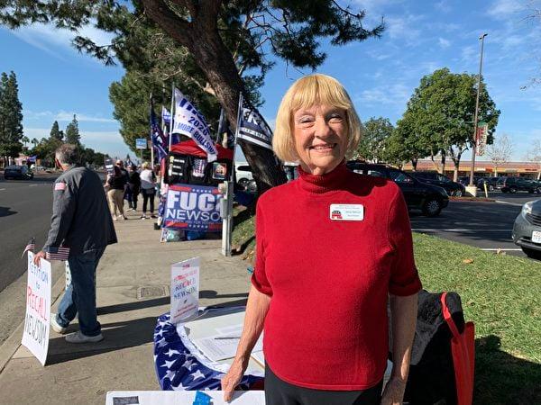 1月2日,橙縣共和黨女性聯合會主席海思科克(Nancy Hathcock)在參加橙縣柏樹市(Cypress)的一場抵制竊選的挺川集會上說,加州人對特朗普總統的支持從未間斷。(姜琳達/大紀元)