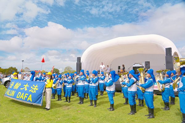 2021年3月27日,奧克蘭舉辦了第99屆庫姆秀(Kumeu A&P Show),天國樂團在舞台前表演。(明慧網)