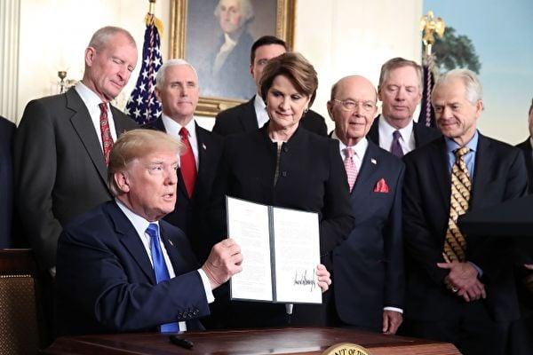 圖為3月22日,美國總統特朗普簽署行政備忘錄,將對中國600億美元商品課徵關稅。(Mark Wilson/Getty Images)