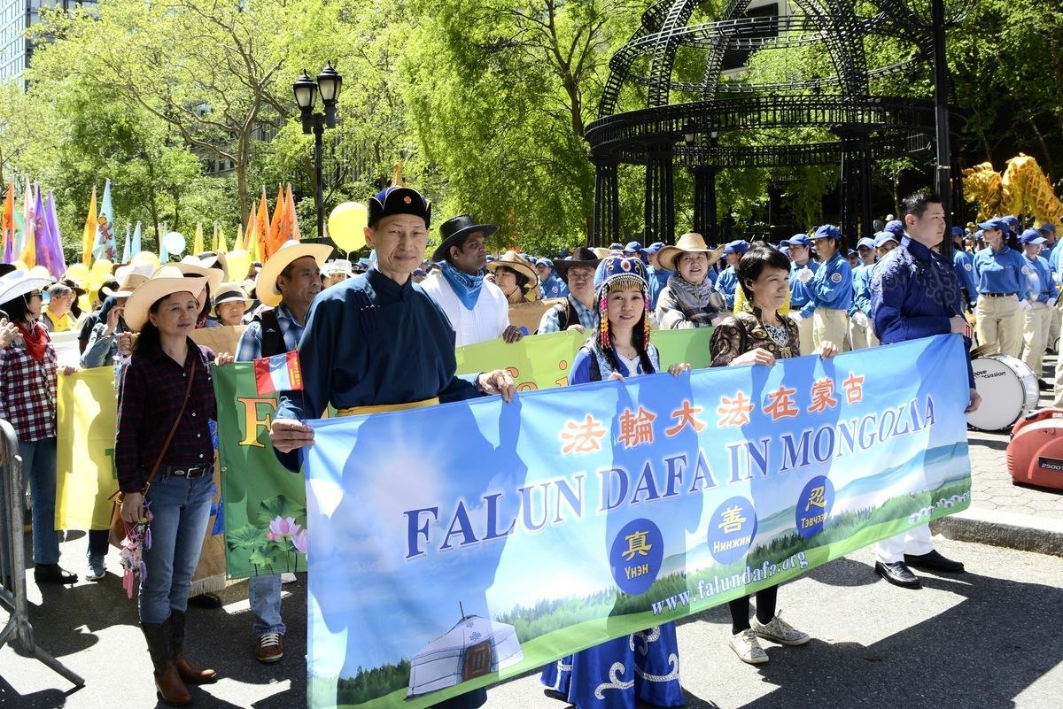 本文主人公、蒙古族商人圖雅(前排左二)與朋友巴亞(前排左一)穿著民族服裝在法輪大法的遊行隊伍中。(受訪者提供)