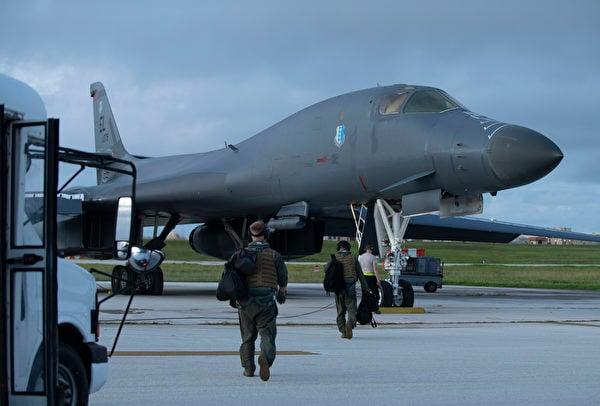 2020年7月21日,B-1B轟炸機準備從關島的安德森空軍基地起飛,前往南中國海。(美國空軍)