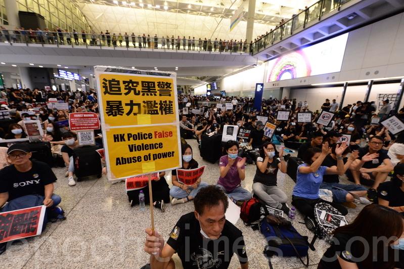 2019年7月26日,超過2500名香港航空界職員和公民黨立法會議員譚文豪聚集於香港國際機場接機大堂表達訴求,高呼「香港人加油」、「香港警察知法犯法」、「沒有暴徒只有暴政」等口號。(宋碧龍/大紀元)