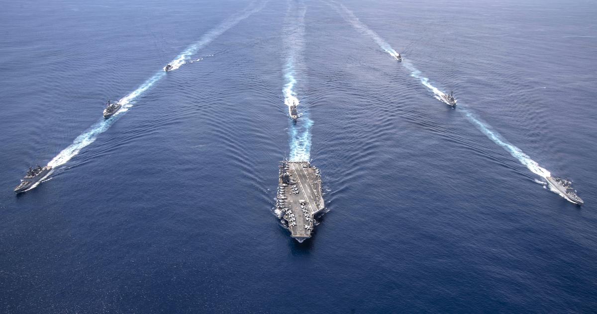 圖為2020年7月20日,美國海軍尼米茲號航母(USS Nimitz)戰鬥群和印度海軍軍艦在安達曼-尼科巴群島(Andaman and Nicobar islands)附近舉行聯合軍演。(U.S. Navy photo by Mass Communication Specialist 2nd Class Donald R. White, Jr.)