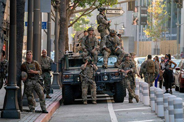 圖為2020年6月6日,在洛杉磯市中心一次示威遊行中執行任務的加利福尼亞國民警衛隊成員。(Kyle Grillot/AFP via Getty Images)