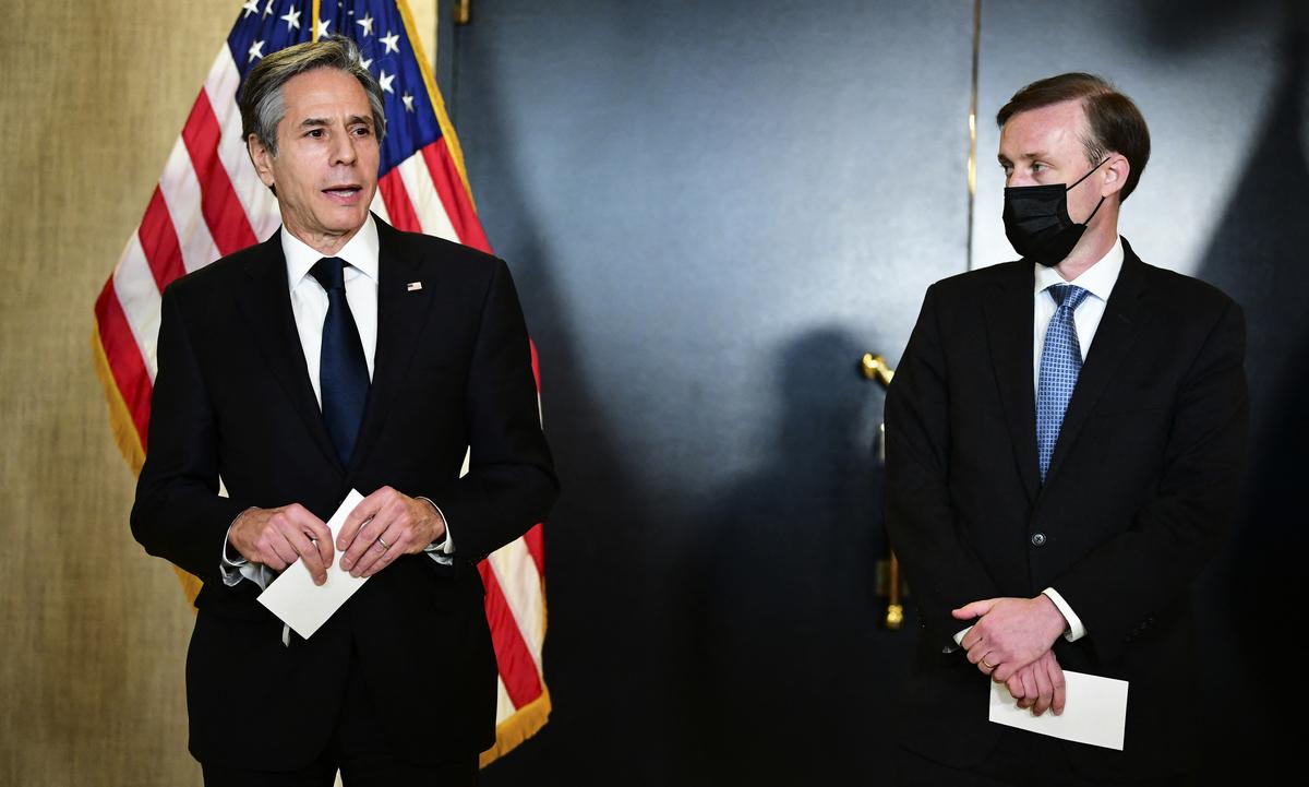 中美首次高層會談以激辯開場,3月19日在阿拉斯加首府安克雷奇低調結束。圖為美國國務卿布林肯(Antony Blinken)和國家安全顧問蘇利文(Jake Sullivan)在新聞會上。(Photo by Frederic J. BROWN / POOL / AFP)