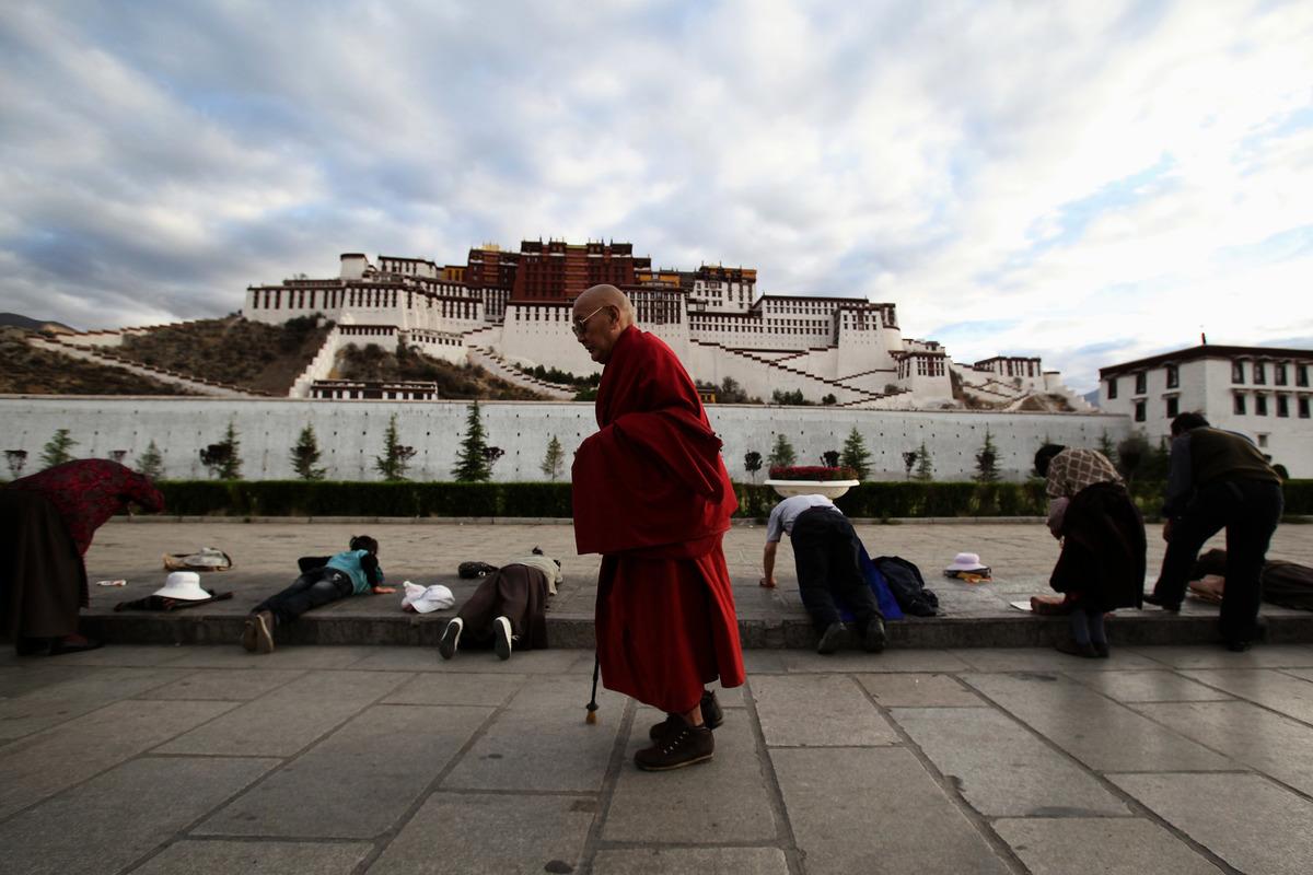 印度The Print網站以衛星圖片證實西藏設有「再教育營」,駁斥中共當局的謊言。圖為2009年6月21日,西藏拉薩市布達拉宮前的一名僧人。(Feng Li/Getty Images)