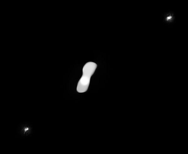這是甚大望遠鏡拍攝到的「狗骨頭小行星」與其兩顆衛星。(European Southern Observatory)